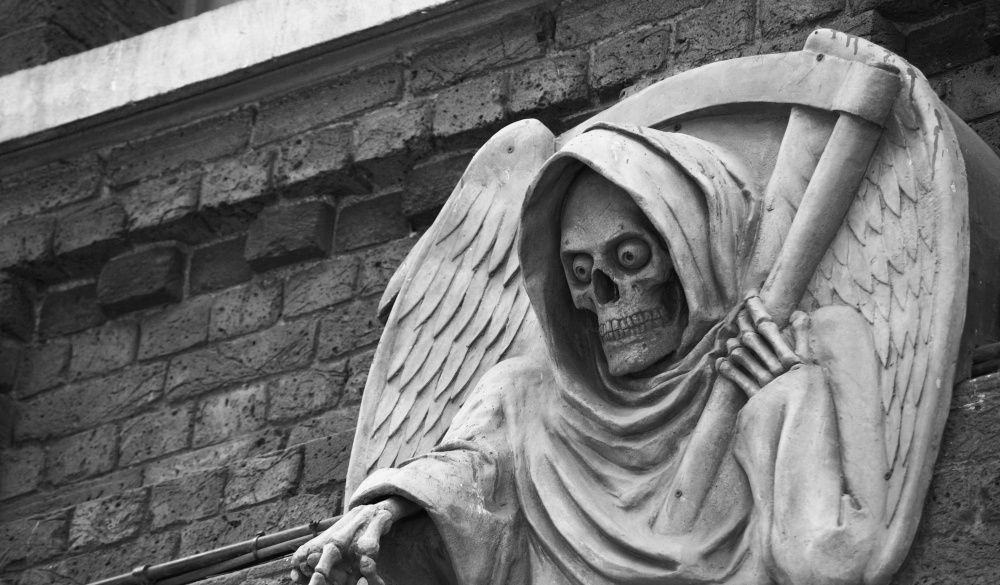 death statue outside the London Dungeon, London sightseeing guide