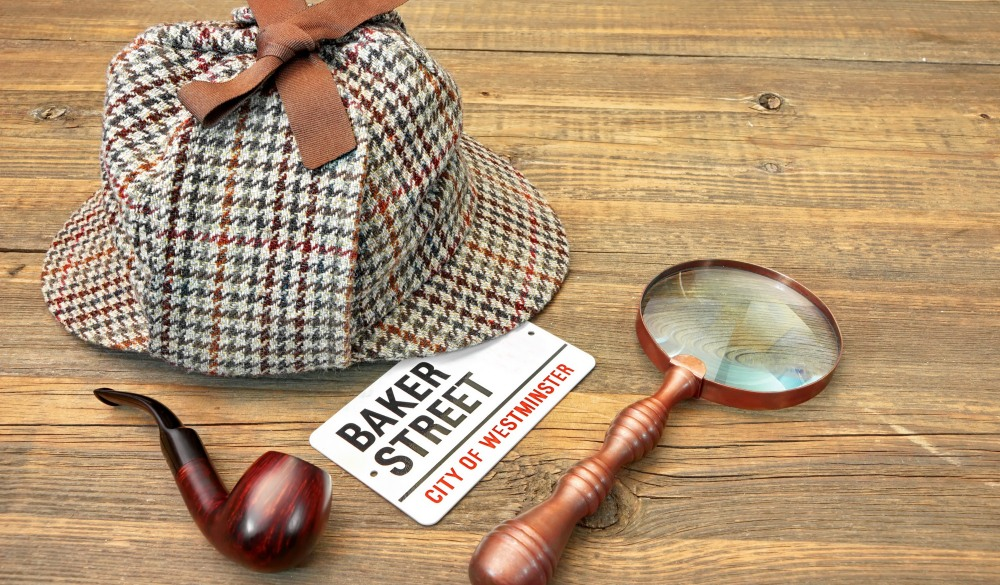 Sherlock Holmes Cap famous as Deerstalker, Smoking Pipe and Vintage Magnifier, London sightseeing guide