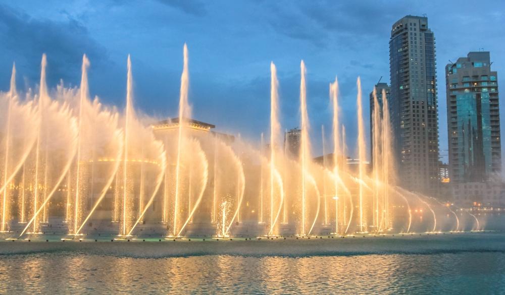 Night view of the light show at Dubai Dancing Fountain.