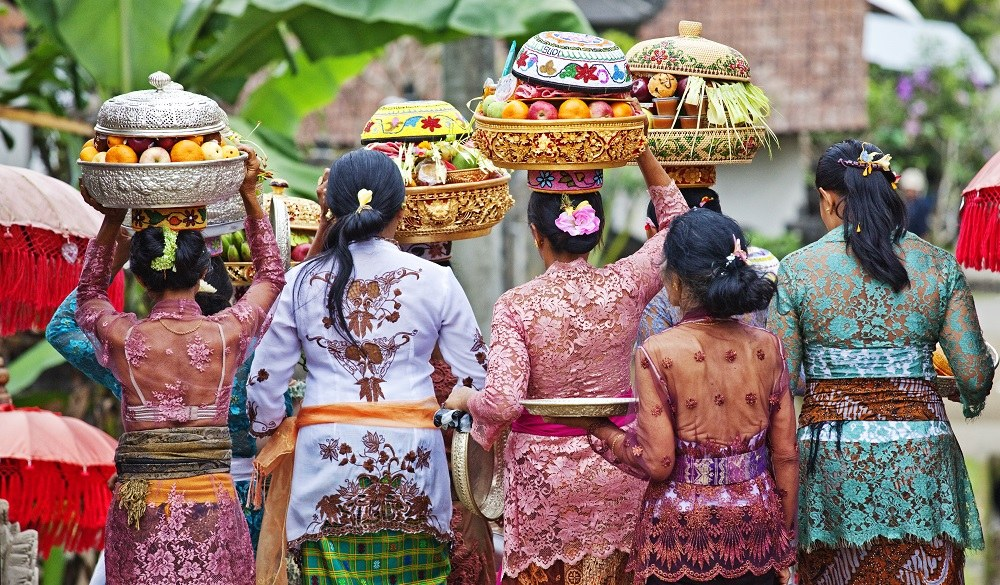 Stay in Bali, women with temple offerings