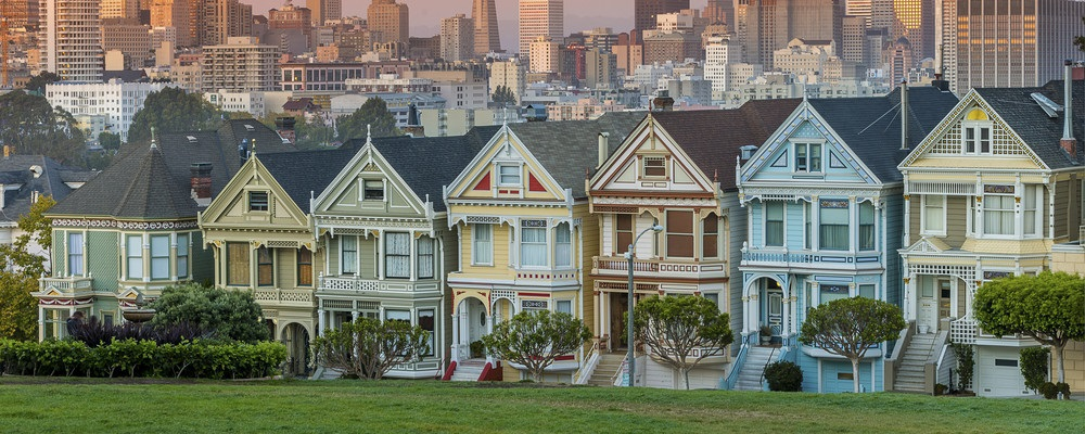 Alamo square and Painted Ladies with San Francisco