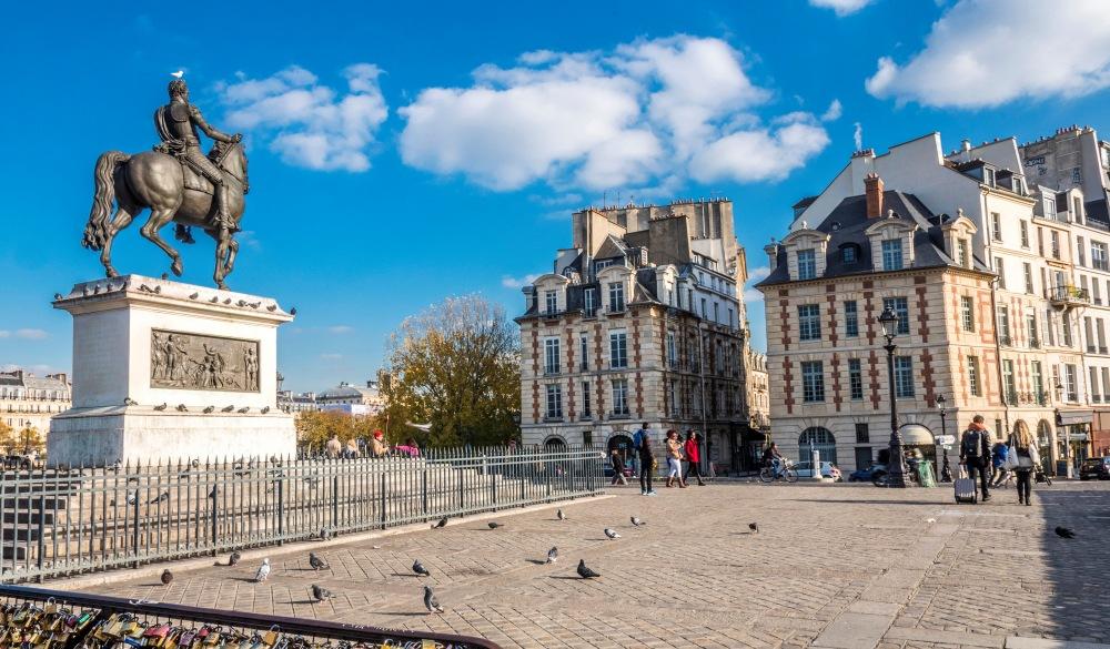 statue équestre d'Henri IV sur la place du Pont Neuf, Paris neighbourhood